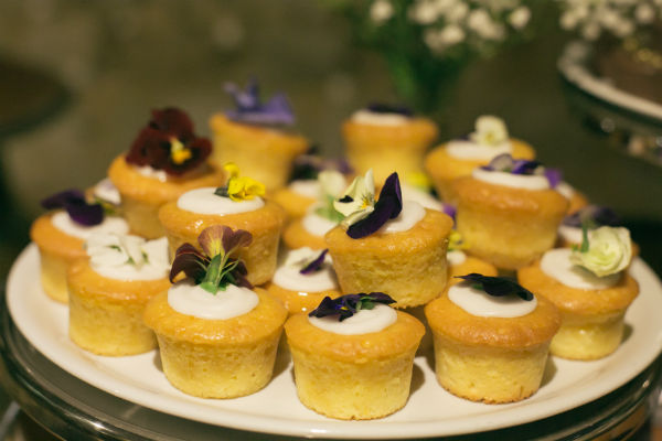 Stunning Cupcakes with Edible Flowers